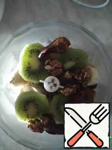 Put all the ingredients in a blender, leave a little kiwi for decoration, remove the seeds from the dates and wash (dates, not bones, of course, although the bones can be planted and grow a date palm)