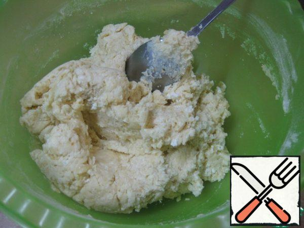Gradually add the flour (may take much less! It all depends on the humidity of cottage cheese, egg size, etc.), knead a smooth, soft, elastic dough - it almost does not stick to your hands.