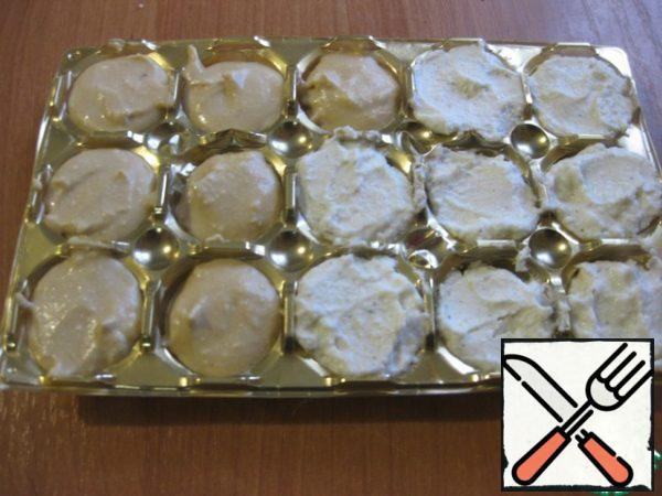 Now we will have to form the balls - it's best to do some molds, I have this form from candy hemispheres. I filled half the molds with vanilla mass and half with cinnamon.