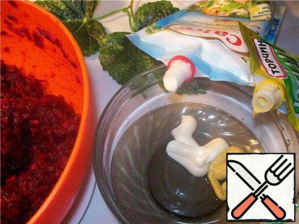 Beets and potatoes to grate on a large grater, mix, add garlic. Make a dressing of mayonnaise, mustard and powdered sugar. Here is here I have proportion written quite approximate. Just focus on your taste. The main thing is that these three components are present. To taste the dressing should be spicy,mustard,mayonnaise and sweet.