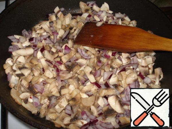 Mushrooms and onions cut and fry in vegetable oil.