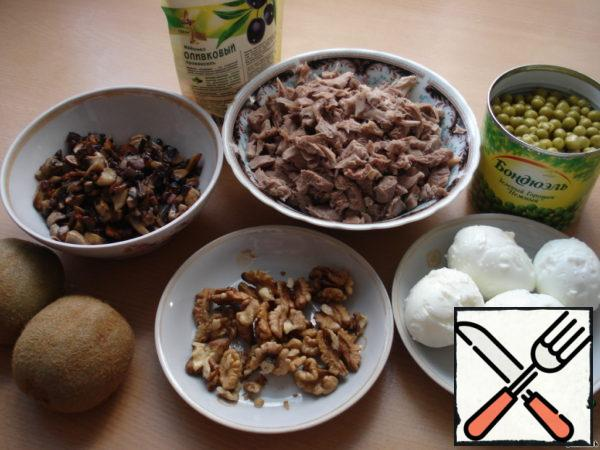 Chicken fillet boil (my shins), cut into cubes, boil the eggs, we will RUB them on a medium grater. The photo shows the products that we will need. The salad is layers.