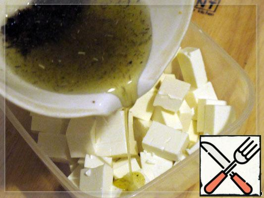Feta cut into cubes, pour the resulting fragrant oil.