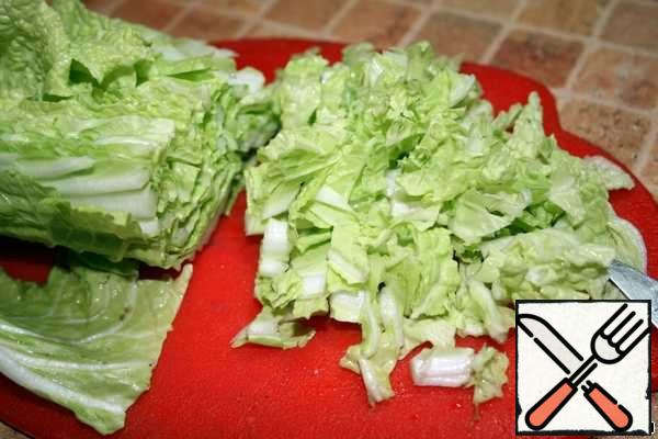 Wash the Chinese cabbage, cut the head in half and chop one half. Fold in salad bowl.