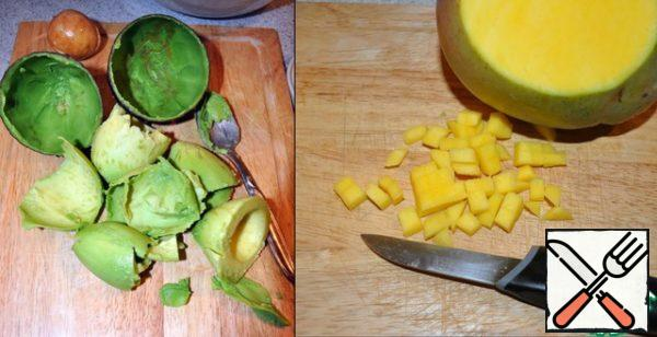 Avocado cut, removing the pre-bone and all the flesh spoon, mango peel and cut.