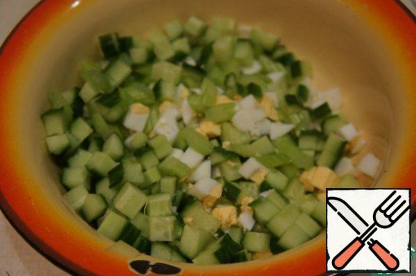 Cucumbers cut into small cubes, celery - thin slices, eggs cut into cubes. Mix in a bowl.