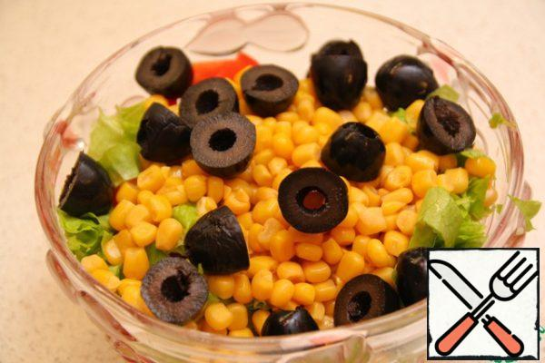 Cut tomatoes, 4-5 lettuce leaves, cut olives in half, add apples, corn and mix all ingredients.