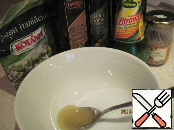For refuelling mix honey, mustard, lemon juice, mixture of Italian African herbs, wine and balsamic vinegar (can be indispensable and one vinegar) and olive oil.Add the crushed garlic, salt, mix well .