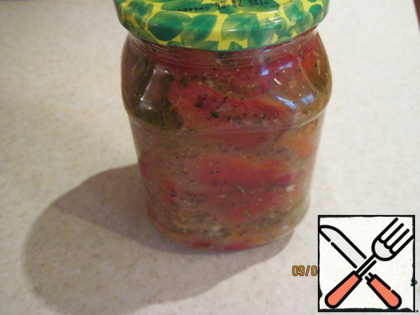 Strips of pepper put in a jar and fill with dressing, close the Bank, shake and refrigerate for a day or two.