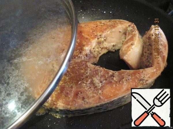 Then fry in a dry pan under the lid for a few minutes on each side. Most importantly the fish is not to overdo, so it remained tender and not dry!