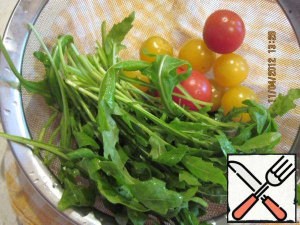 Prepare arugula and cherry.