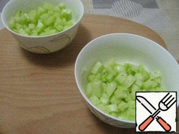 Cucumber peel and cut into small cubes, salt and let stand for 10 minutes.