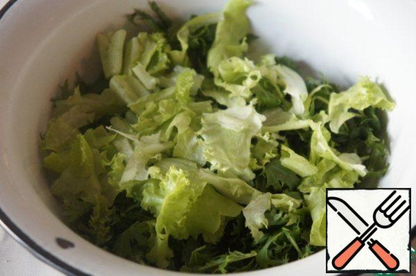 Salad (I had the mix but you can take any green salad to your taste), wash, carefully to shake the water out and gather with your hands into pieces.