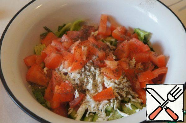 Peel the tomato from the seeds, cut into pieces and add to the salad. Salt and pepper to taste.