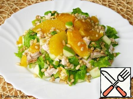 Gently mix the salad, season it and sprinkle with pine nuts.I for myself seasoned orange juice, for the husband the mayonnaise diluted with the same orange juice. You can use sour cream, natural yogurt or mayonnaise.