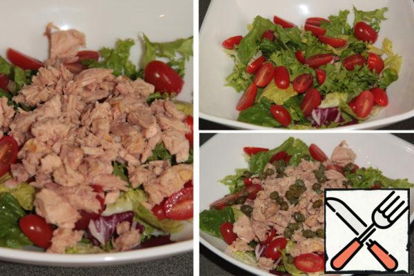 In a salad bowl combine the salad mix, halved cherry tomatoes, tuna (juice drained) and capers. The original salad used green and black olives, but I don't like them, so I replaced the capers.