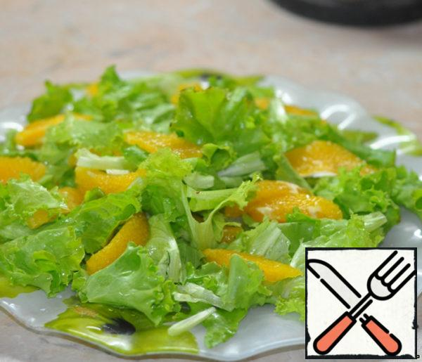 Add peeled orange slices to the lettuce leaves.