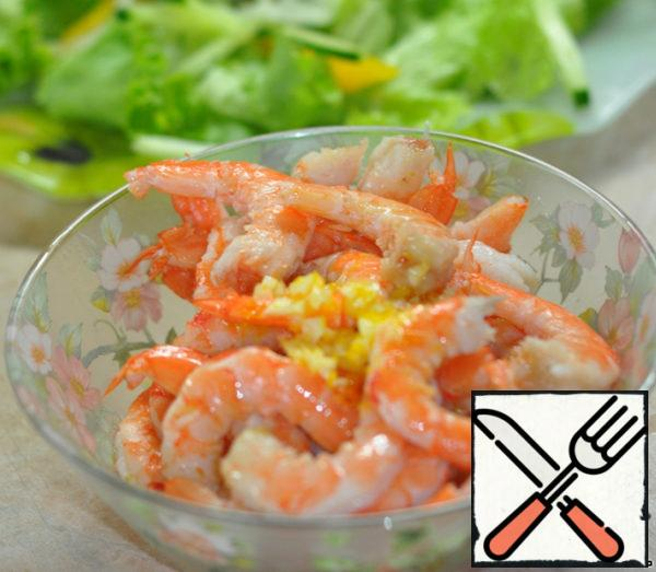 Shrimp clean. Prepare the dressing: mix oil, vinegar, zest, garlic, salt and pepper to taste. Pour the dressing into a bowl of shrimp and mix well.
