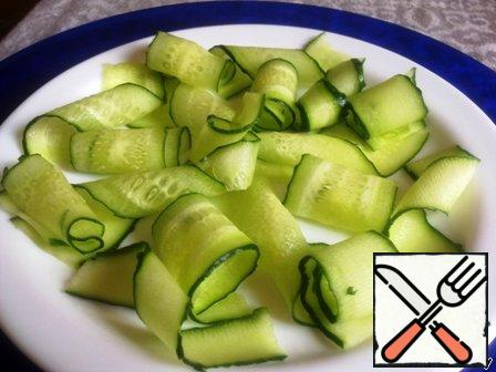 Begin to lay out our salad – from the beginning of the spirals cucumber.