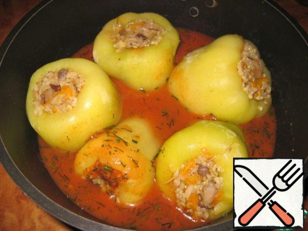 In a deep pan put the peppers, pour the tomato sauce and simmer under a closed lid over medium heat for 25 minutes.