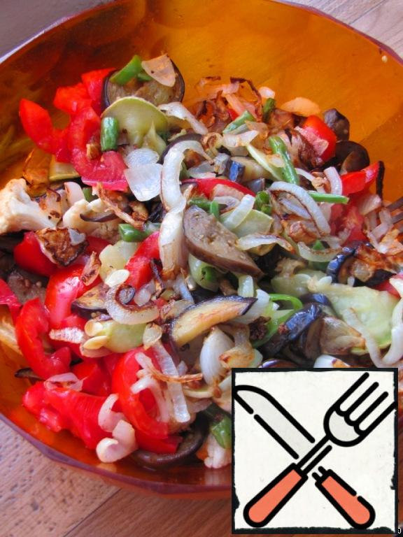 All fried vegetables put in a deep salad bowl, mix.