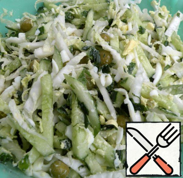 Boiled eggs to grate on a coarse grater and season with salt lettuce, mayonnaise.