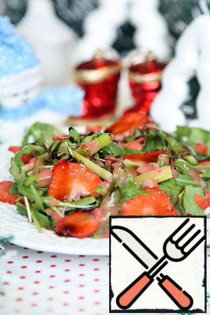 Now carefully, alternately put arugula, sliced strawberries and asparagus, season with strawberry sauce, if you use balsamic cream - pour gently on top, and put the salad on the table.