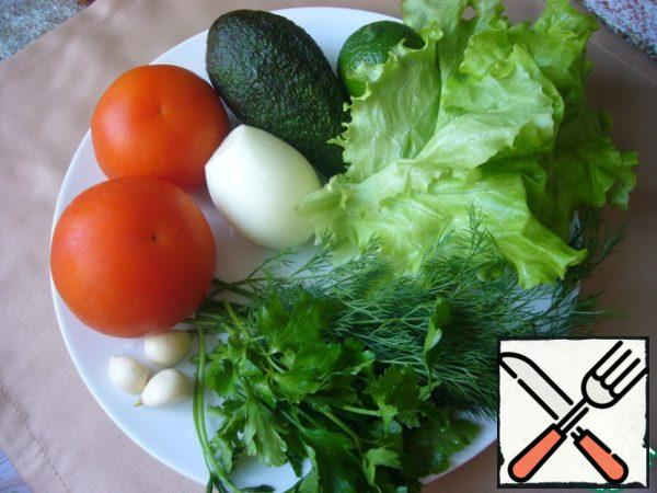 Produce to prepare a salad. Vegetables and greens, of course, need to wash.