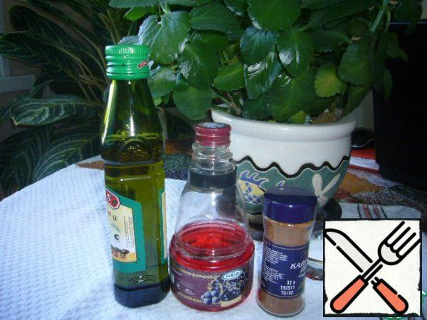 Prepare the gas station. To do this, combine grape vinegar with olive oil, add finely chopped garlic, Cayenne pepper, salt and balsamic. All this mix well with a fork.