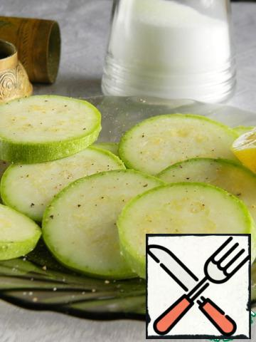 Salt zucchini, sprinkle with pepper, sprinkle with lemon juice and oil. A little bake in the oven or the convection oven (I did in aerogrill at a temperature of 200 10-12 minutes).