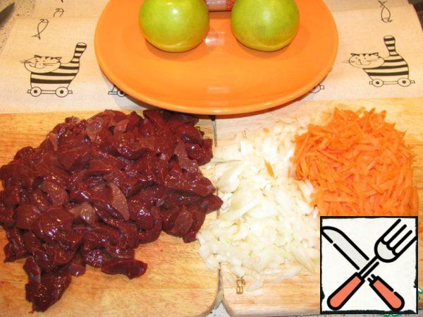 Cut the liver and onions, three grated carrots. Rice is boiled in salted water.