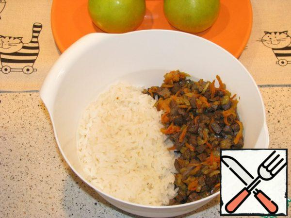 In a container for mixing put our zazharku, add boiled rice. Stir and allow to cool.