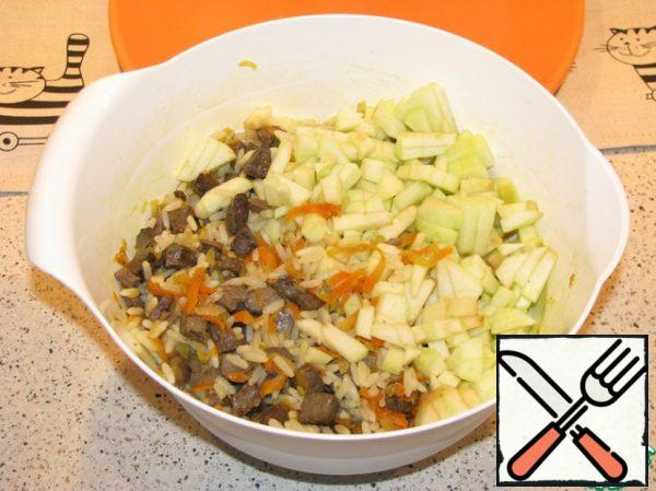 At this time, remove the skin from the apples, cut out the middle and finely chop. Then add apples to the liver and rice.