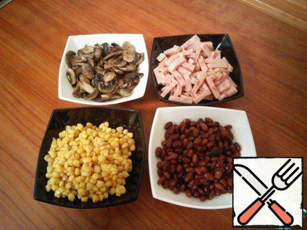 Mix ham, cold mushrooms, beans and corn.