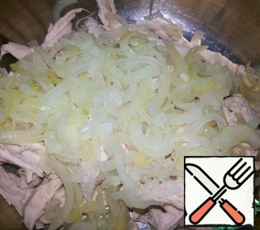 Onions cut into thin half-rings, marinate (vinegar+salt+sugar+water-boiling water) for half an hour. Drain the marinade, squeeze lightly onion and send in a bowl with chicken meat.