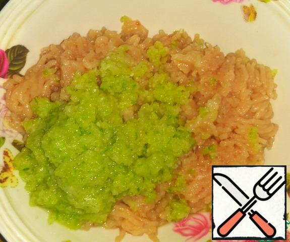 Twist cabbage through a meat grinder or grind in a blender. Add to minced meat.