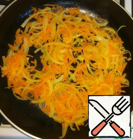 Onions cut into thin half-rings. Grate carrots on a large grater. Fry onions and carrots in vegetable oil.