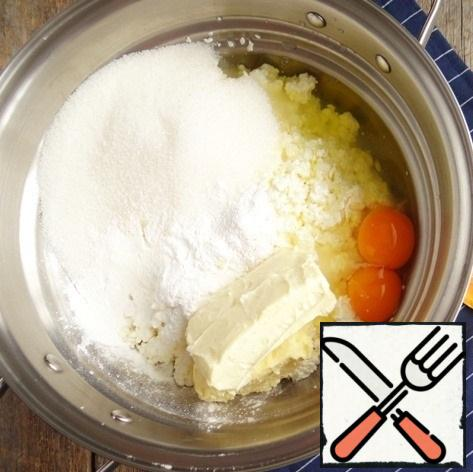 In another bowl, prepare the curd mass for dessert - combine cottage cheese (I used a fat content of 9%), sugar, butter at room temperature, eggs, protein, starch, baking powder and vanilla sugar.