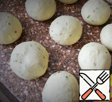 Knead the dough, divide into 10-12 equal parts. Roll up in the balls, cover with film.