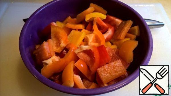 Cut the sweet pepper into large pieces - 2 - 3 cm.