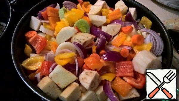 Heat the pan over high heat with the addition of refined olive oil (4 tbsp). Spread the vegetables in a heated pan and fry on high heat - until Golden brown. Then add 100 g of wine, reduce the heat to medium and bring to almost ready. Vegetables should be with a crunch - al dente.