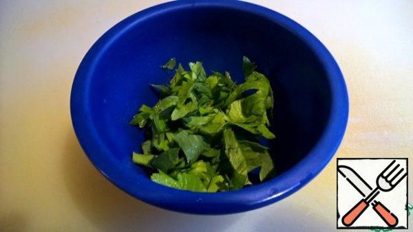 Cut parsley medium.