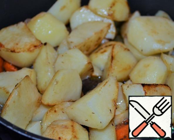 Potatoes cut into medium pieces, rinse, dry, fry in vegetable oil for 5-7 minutes.