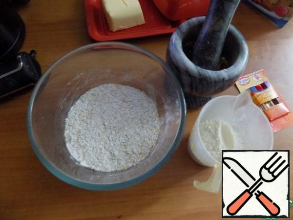 Pour the mixture into a bowl, where we will make the dough for cookies. Add the flour, but whole wheat is better. Nuts I broke the pestle in a mortar is not small. They can be fried in advance.