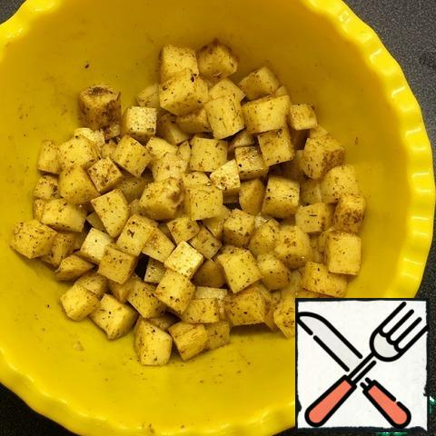 Add 1 tablespoon of vegetable oil, spices and salt to the sliced potatoes, mix well.