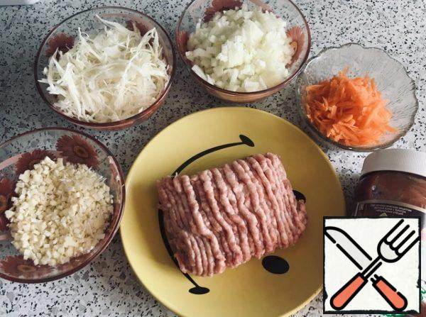 Cut the vegetables so that the minced meat and vegetables are 1:1. Cheese rub.