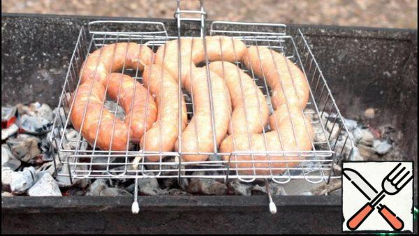 Before the hottest sausages, prick in several places with a toothpick, so that they do not burst when frying.