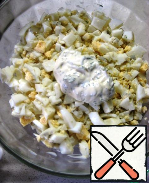 2. eggs, season with salt and black pepper to taste, grease a layer of dressing.