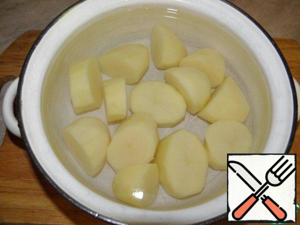 Potatoes clean, large cut. Fill with water and cook in salted water until tender.