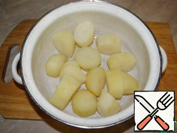 Drain the broth, leave the potatoes to dry without a lid (I warm up a little on the fire).
